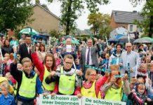 Kinderen van basisschool De Korenbloem in Raalte kregen tips voor meer zichtbaarheid en reflecterende banden als eerste uitgereikt.