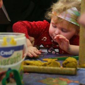 <p>Kinderen in de lagere inkomenscategorieën zijn massaal afgehaakt bij de kinderopvang. In totaal nam het aantal kinderen uit de laagste inkomensgroep met 19 procent af in 2014.</p>
