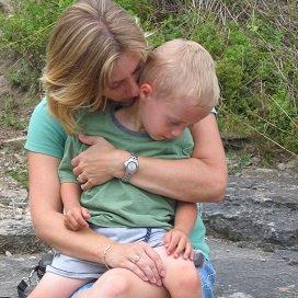 Doe een liefdevolle aanraking omdat het kind zich er beter door zal voelen.