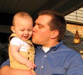 Onderzoek wijst uit dat een kind zich beter ontwikkelt als het regelmatig liefdevol aangeraakt wordt.