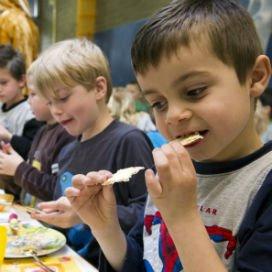 <p>Kinderdagverblijven gebruiken nog altijd veel smeerkaas en smeerworst als broodbeleg. Het Voedingscentrum raadt dit af vanwege het hoge zoutgehalte.</p>