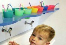 Veel kinderdagverblijven pakken het thema tanden poetsen al spelenderwijs op. Of zij hebben tanden poetsen na de lunch standaard op het programma staan.