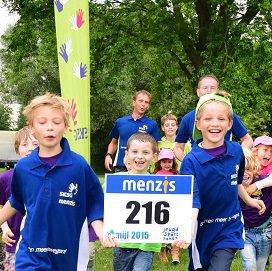 Bij het ondertekenen van de samenwerking werden er vijftig startbewijzen van de 4 Mijl van Groningen uitgedeeld aan kinderen en ouders van SKSG.