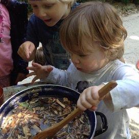 In kinderopvang Op Stoom konden kinderen koken in een heuse modderkeuken.