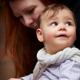Voorlezen is van grote waarde voor de taalontwikkeling van baby's. Lees tips hoe je baby's het beste voorleest.