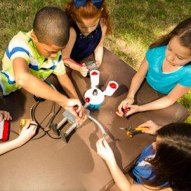 Zino is een zogenaamdesocial interaction robot. Kinderen moeten Zino uitleggen wat er op de groep gebeurt