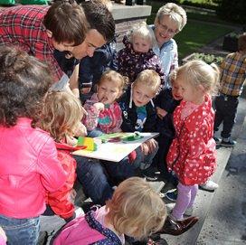 <p>OBS Harlekijn aanmoedigingsprijs met hun plannen voor een buitenbibliotheek op het schoolplein.</p>