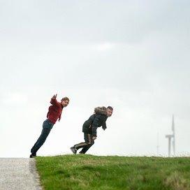 De heftige storm zorgde niet alleen voor schade. Deze jongens in Harlingen vermaken zich juist met met de harde wind.