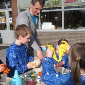 Martijn van den Brakel maakt snot met de kinderen tijdens het bezoek van de jury van de Bso van het Jaar-verkiezing.